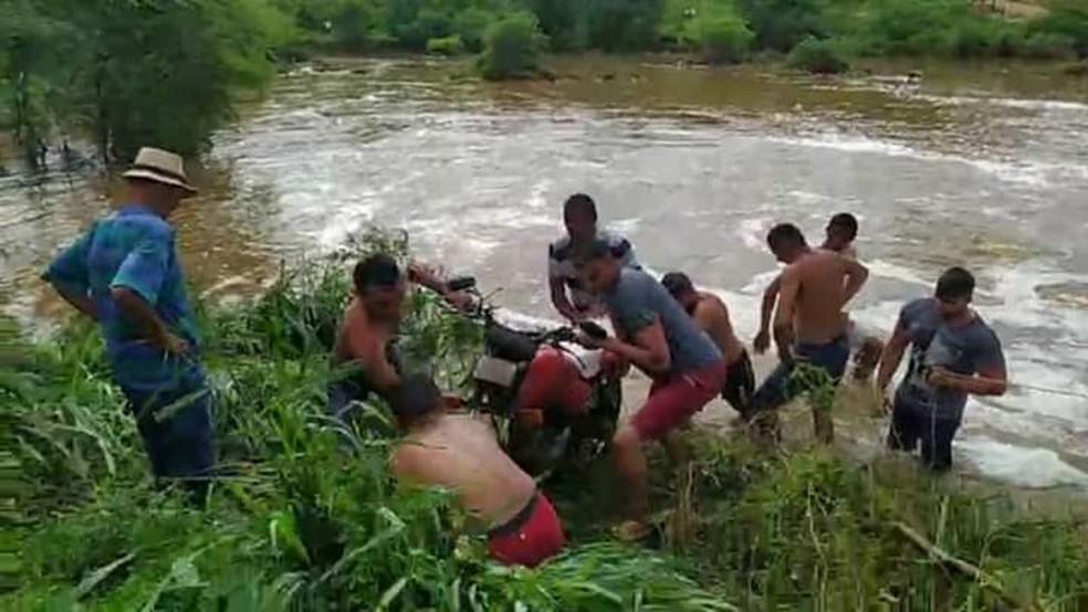 Populares retiraram a moto da vítima que caiu em um rio em Boa Viagem, no Ceará. — Foto: Reprodução