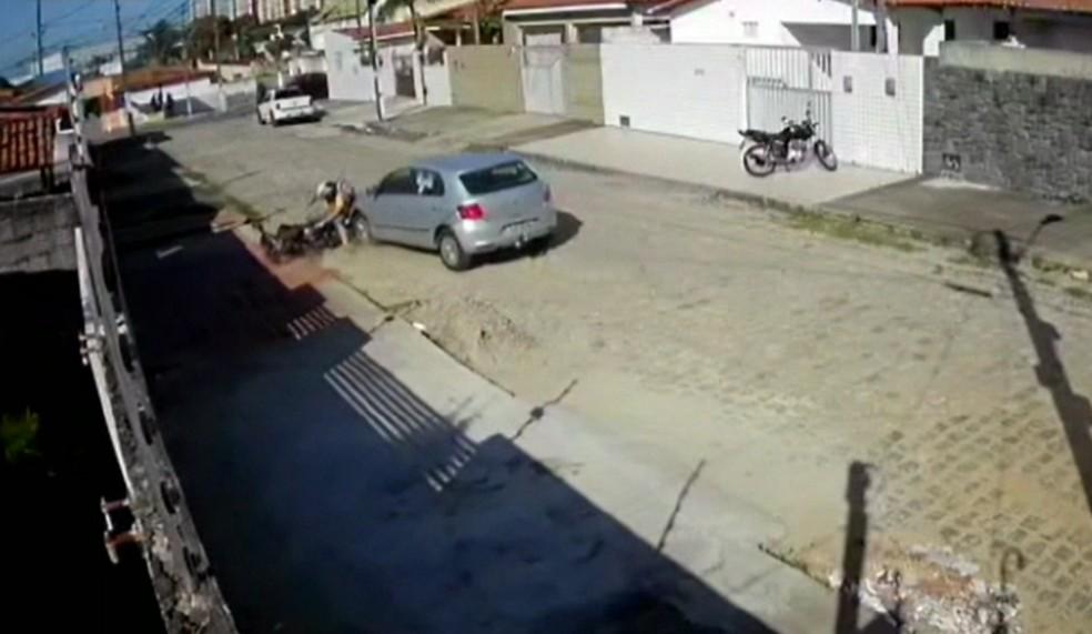Vídeo mostra momento em que homem é atropelado pelo vizinho na Grande Natal — Foto: Reprodução