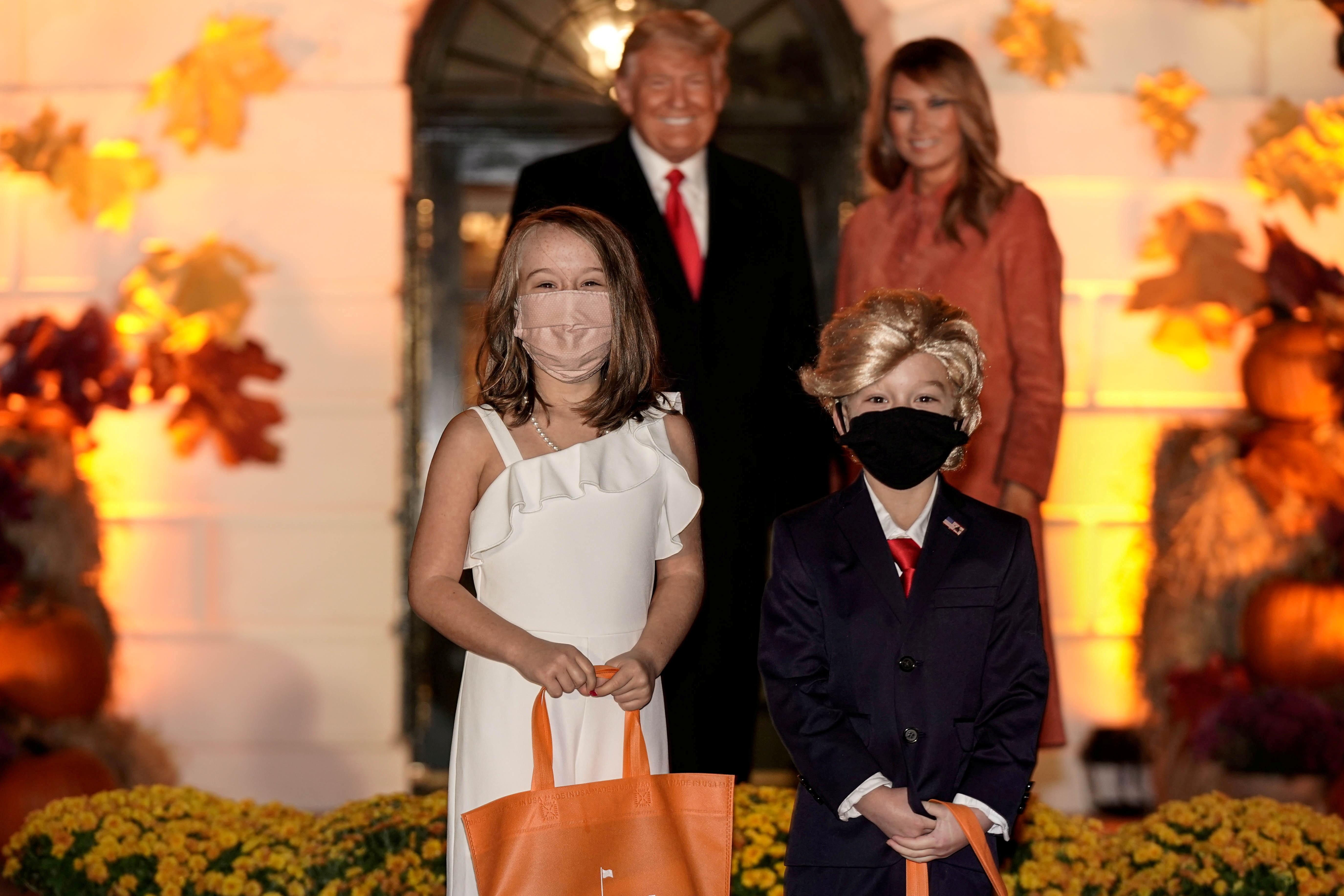 Crianças se fantasiam de Trump e Melania em Halloween na Casa Branca