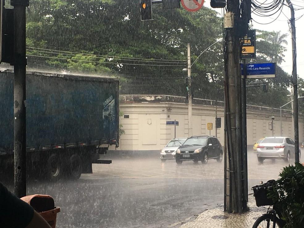 Rio de Janeiro registra chuva no começo da tarde desta sexta-feira (15) — Foto: Patrícia Teixeira/ G1