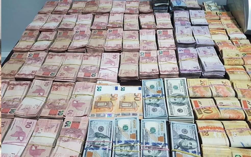 Policiais apreendem notas de euro e dólar em condomínio de luxo em Goiânia, Goiás (Foto: Divulgação/ Polícia Civil)