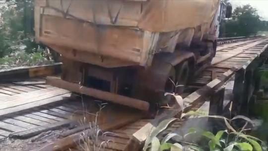 Caminhão passa em ponte na BR-210, estala estrutura e ameaça cair; VÍDEO