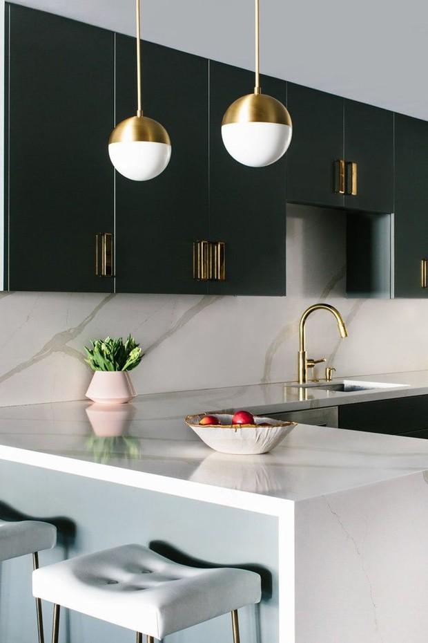 Décor do dia: cozinha minimalista com verde e dourado (Foto: Divulgação)