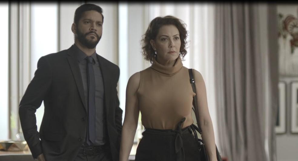 Nana (Fabiula Nascimento) chega à sala acompanhada de Diogo (Armando Babaioff) bem na hora em que o pai conta que vai presentear Paloma (Grazi Massafera) com um dia de princesa em 'Bom Sucesso' — Foto: Globo