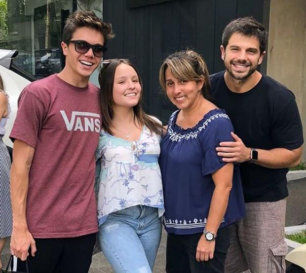 Léo Cidade, Larissa Manoela, a cabeleireira Rosângela Araújo e Duda Nagle (Foto: Reprodução/Instagram)