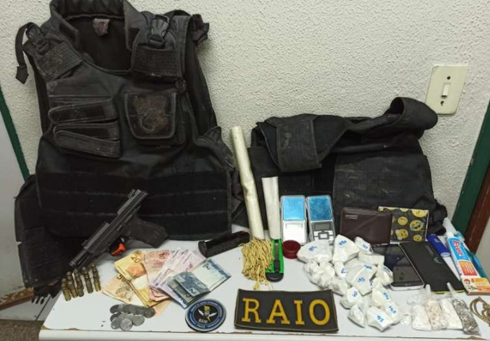 Foram apreendidos materiais como uma pistola Taurus PT 840, dois carregadores, 19 munições calibre 40, duas capas táticas, dois coletes balísticos, 20 trouxinhas de maconha, 45 papelotes de cocaína, 43 unidades de crack, duas balanças de precisão. — Foto: SSPDS/Divulgação