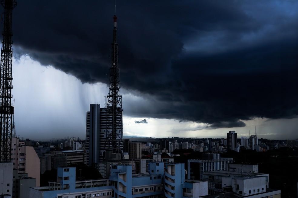 Foto de arquivo mostra São Paulo sob nuvens carregadas; próximos dias serão de chuva, frio e até neve em boa parte do país — Foto: Getty Images via BBC