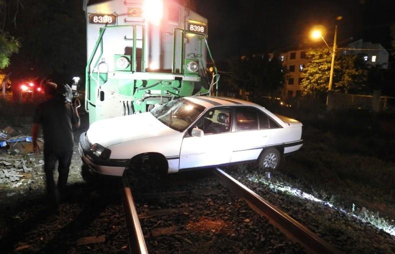 Trem arrasta carro por cerca de 100 metros e motorista fica ferido em São Carlos; veja fotos - Notícias - Plantão Diário