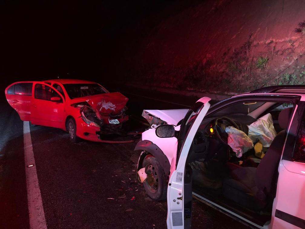 Acidente entre dois carros deixou quatro feridos na BR-101, sul da Bahia — Foto: Danuse Cunha/Itamaraju Notícias
