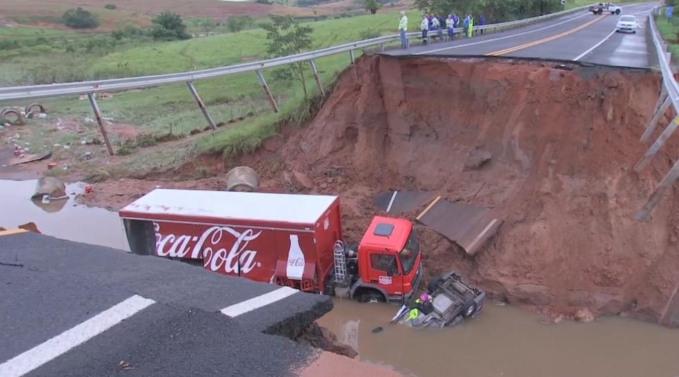 Chuva abre cratera na pista e 'engole' carro e caminhão em Júlio Mesquita — Foto: TV TEM/Reprodução