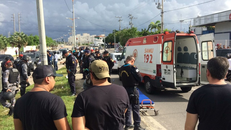 Homem primeiro atira contra o motorista de um carro, recarrega a arma e atira contra a mulher que estava no banco do carona.  (Foto: João Pedro Ribeiro/G1 CE)