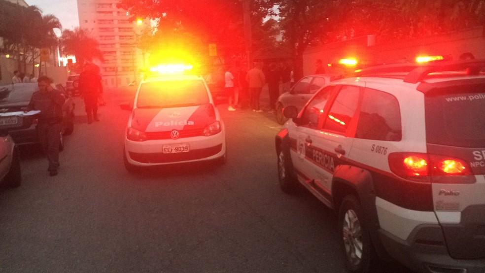 Homem é morto a tiros e tem carro levado em São José, SP (Foto: Peterson Grecco/TV Vanguarda)