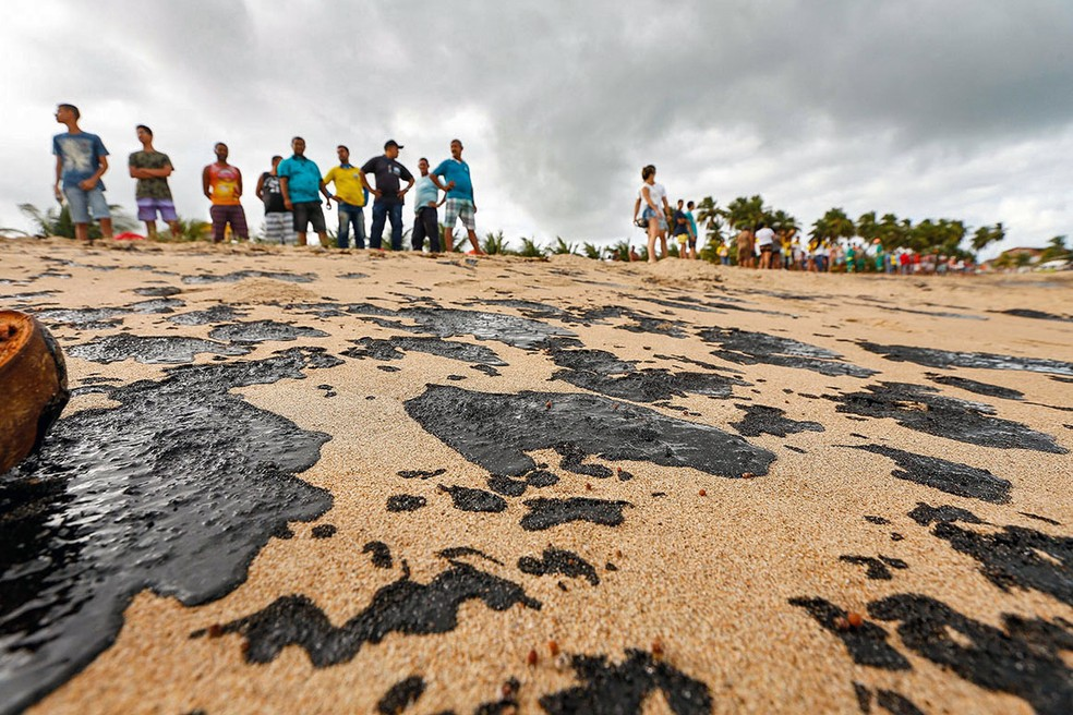 Manchas de óleo em Japaratinga, AL — Foto: Felipe Brasil