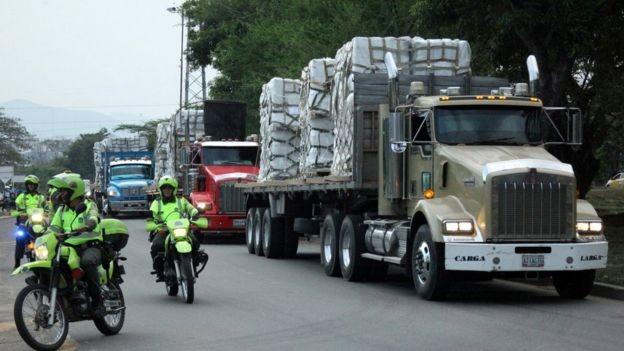 Caminhões vindos dos Estados Unidos, Brasil e Colômbia foram obrigados a dar meia-volta ao chegar à fronteira (Foto: Reuters via BBC)
