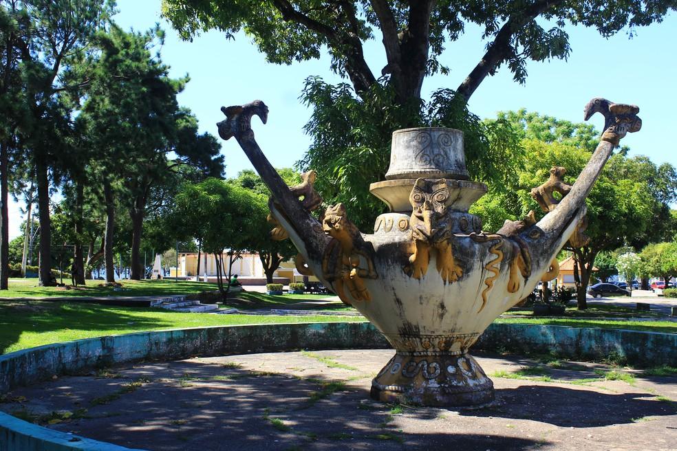Réplicas da cerâmica tapajônica na Praça Barão de Santarém, em Santarém — Foto: Geovane Brito/G1