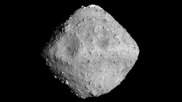 O asteroide Ryugu  fotografado desde o Hayabusa 2. (Foto: JAXA, UNIVERSITY OF TOKYO & COLLABORATORS)