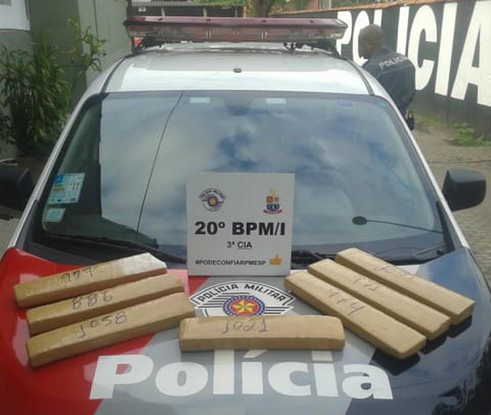 Homem é preso com sete quilos de maconha no Perequê-Açu em Ubatuba (Foto: Polícia Militar/Divulgação)