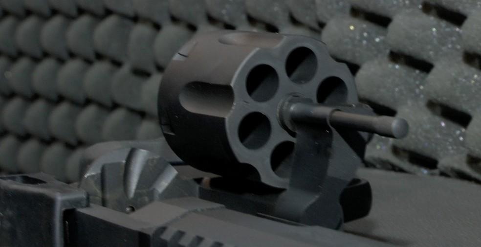 Armas mais potentes, com calibre permitido pelo exército, são permitidas para cidadãos comuns — Foto: TVCA/Reprodução