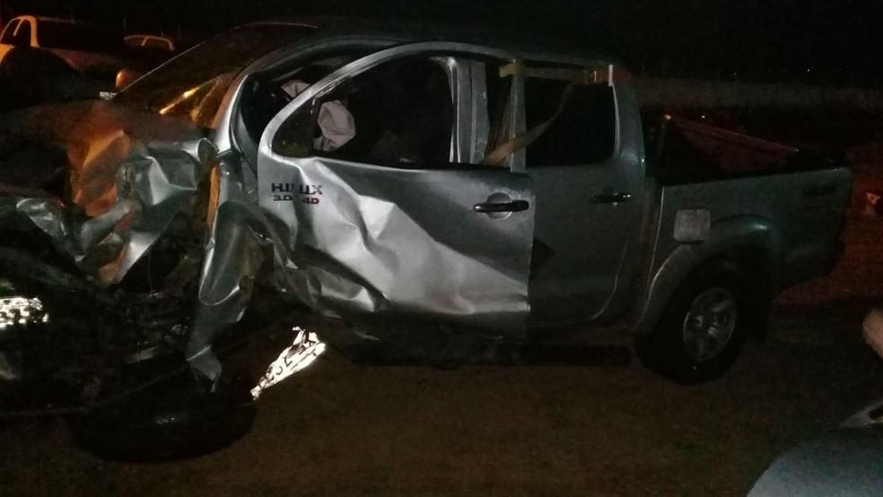 Automóvel tentou fazer ultrapassagem em local proibido e colidiu de frente com a caminhonete.  — Foto: PRF/Divulgação