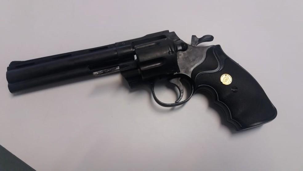 Arma falsa foi encontrada com adolescente dentro da sala de aula, em Brasília (Foto: PMDF/Divulgação)