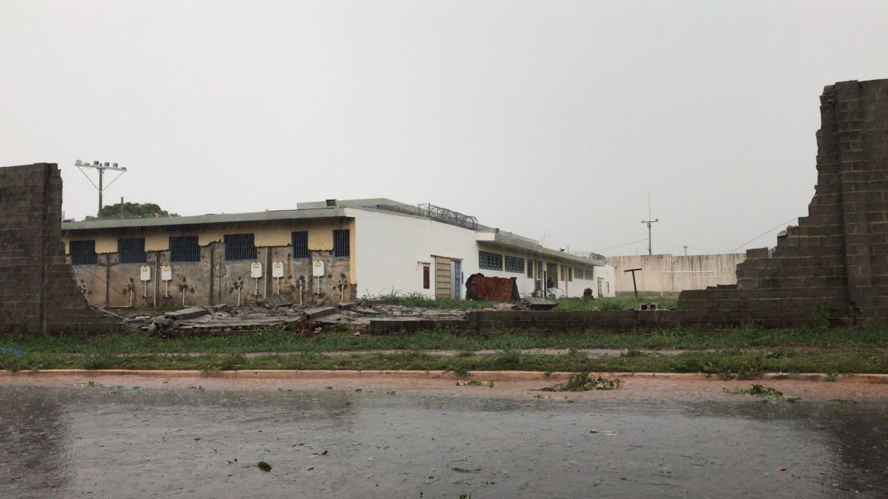 Temporal derruba muro do Centro Socioeducativo de Cuiabá, destelha igreja e causa queda de árvores