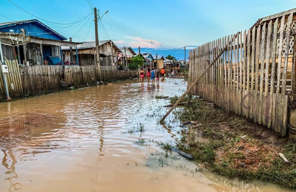 Ruas de Tarauacá ainda tem água, mas nível do rio já saiu da cota de transbordo  — Foto: Jardy Lopes/Rede Amazônica Acre