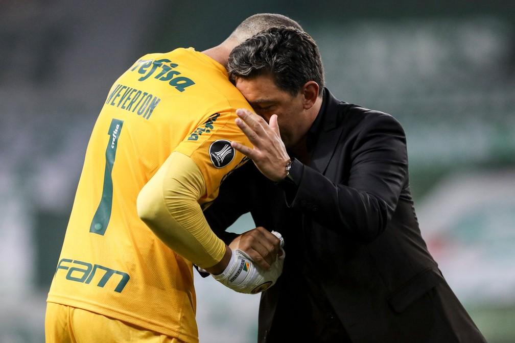 Gallardo cumprimenta Weverton após o confronto — Foto: Divulgação/Conmebol