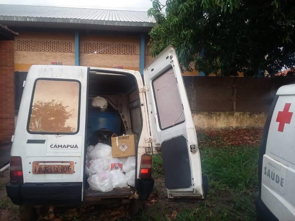 Ambulâncias estão paradas em pátio de posto de saúde de Camapuã. — Foto: Divulgação/Facebook