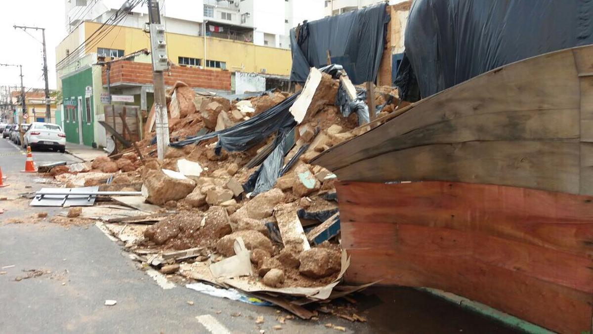 Parte de fachada de casarão histórico de Cuiabá desaba após chuva e rua é parcialmente interditada