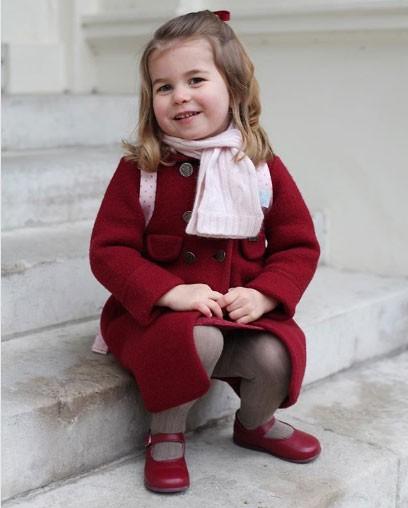 Charlotte em seu primeiro dia de aula (Foto: Reprodução - Instagram)