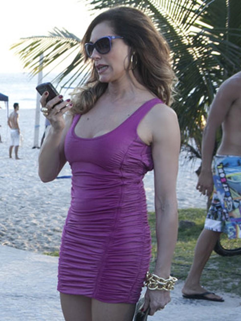Tereza Cristina foge com roupa de Teodora em 'Fina Estampa' — Foto: Globo