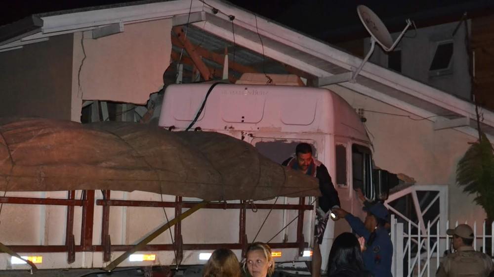 Caminhão invade e destrói quarto e quintal de casa