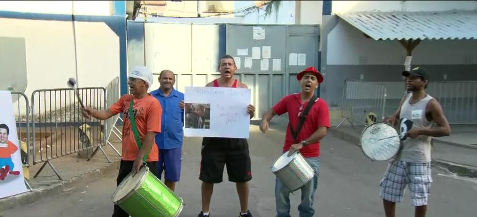 Manifestantes cantam e falam palavras de ordem na frente da Cadeia Pública José Frederico Marques, em Benfica, no Rio (Foto: Reprodução/ TV Globo)