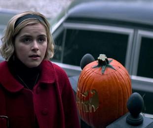 Kiernan Shipka em cena de 'O mundo sombrio de Sabrina' | Reprodução