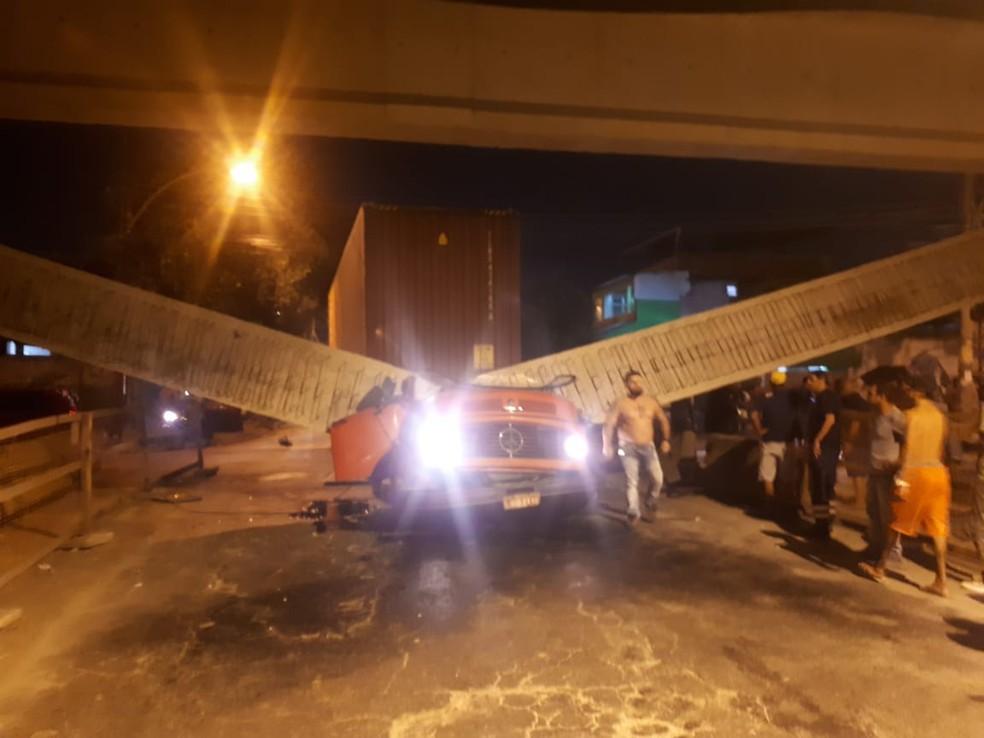 Parte de viaduto cai no início da noite desta quinta-feira (8) em Coelho Neto, Zona Norte do Rio. — Foto: Reprodução/Internet