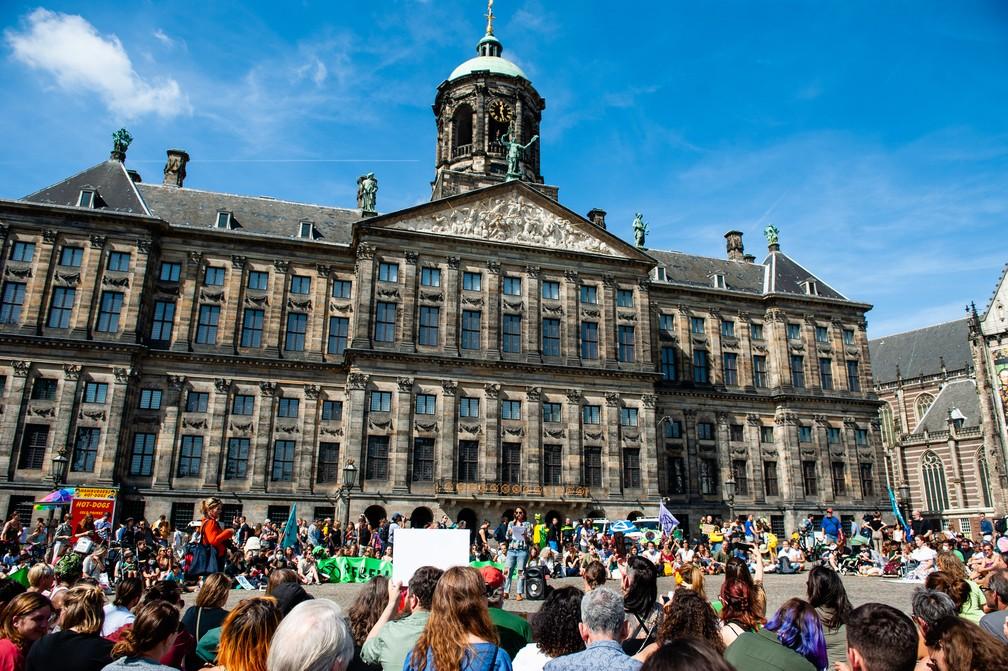 Manifestantes foram às ruas de Amsterdã, na Holanda, nesta sexta-feira (23), para pedir a preservação da Amazônia. — Foto: Romy Fernandez / AFP