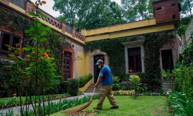 Funcionário cuida de jardim do Museo Cada de León Trotsky, na Cidade do México