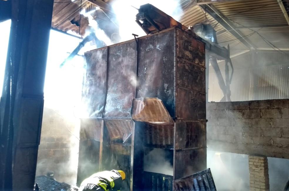 Maquina de secagem de café é atingida por incêndio em sítio em Muzambinho (MG) — Foto: Corpo de Bombeiros