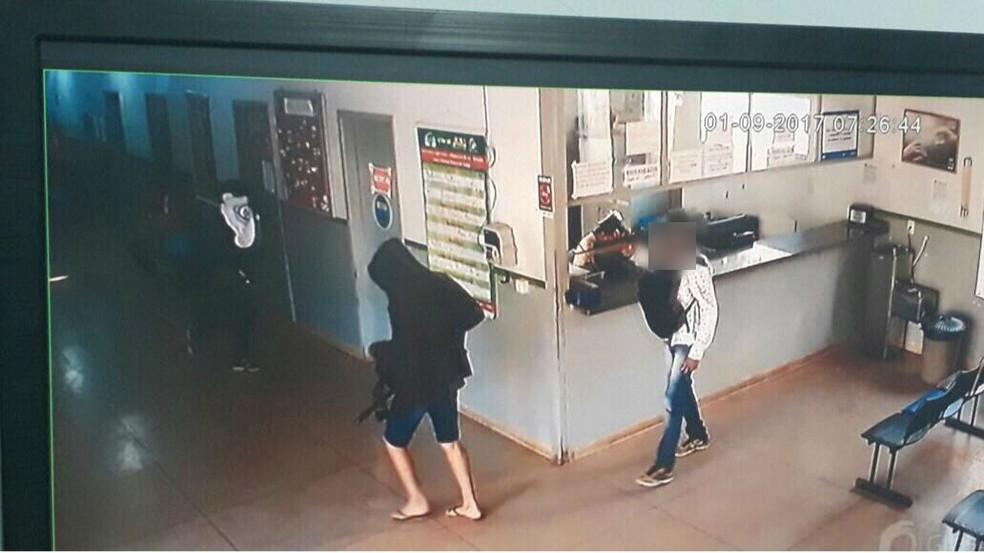 Criminosos conseguiram fugir após assalto em unidade de saúde (Foto: Reprodução)