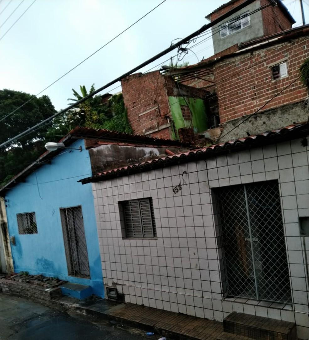 Casa ameaça desabar e atingir outros imóveis na comunidade do Jacó, na Zona Leste de Natal  — Foto: Defesa Civil/Divulgação