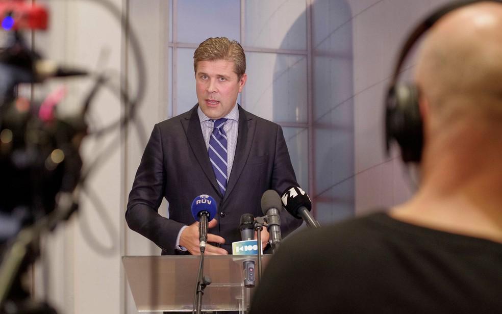 -  Segundo ministra da Justiça, primeiro-ministro Bjarni Benediktsson sabia do envolvimento de seu pai em processo de homem acusado por pedofilia desde
