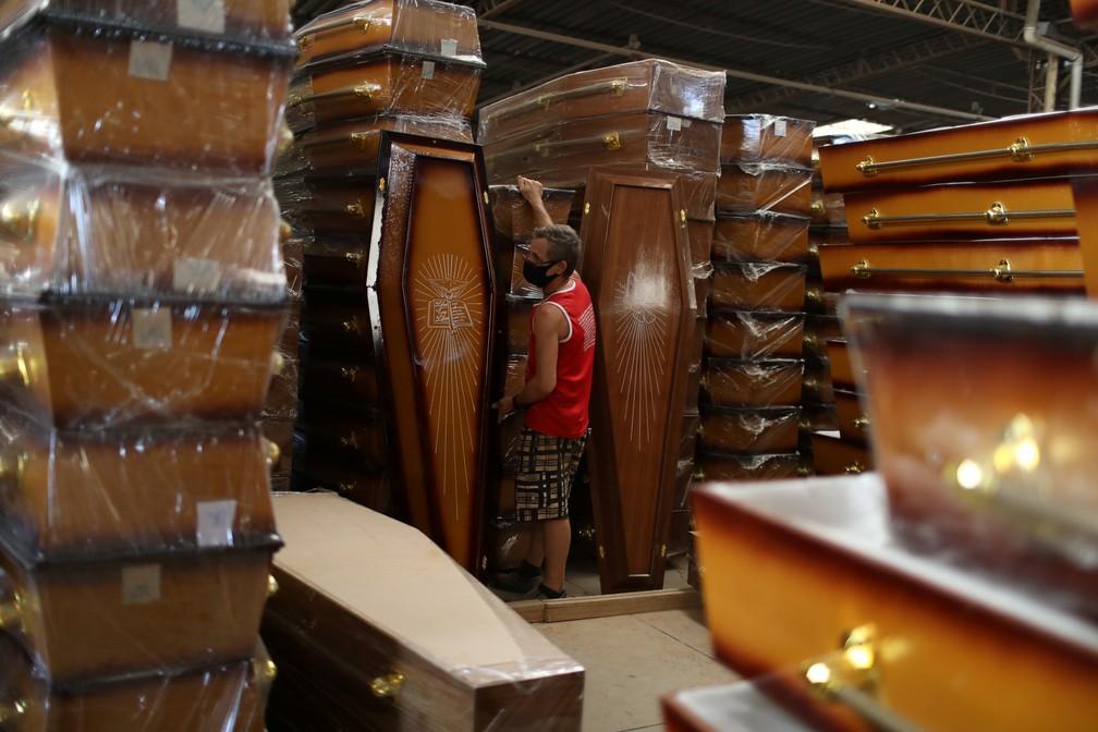 Funcionário trabalha em fábrica de caixões em Nova Iguaçu, município do Rio de Janeiro — Foto: Pilar Olivares/Reuters