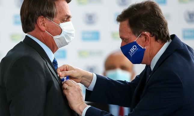 O prefeito Marcelo Crivella entrega medalha a Jair Bolsonaro no Rio