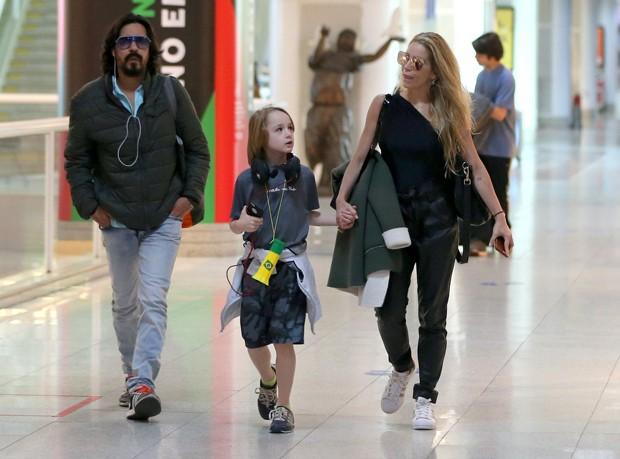 Danielle Winits embarca com André Gonçalves e o filho no Rio (Foto: Agnews)