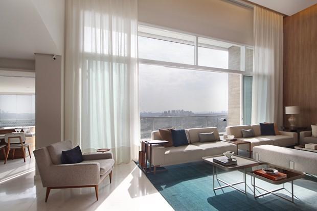 Madeira e tons claros em apartamento de 315 m² com pé-direito duplo