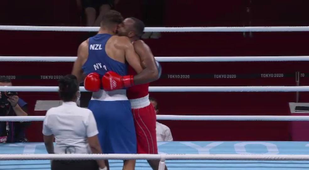 Momento Mike Tyson: boxeador marroquino tenta morder a orelha do oponente nas Olimpíadas — Foto: Reprodução