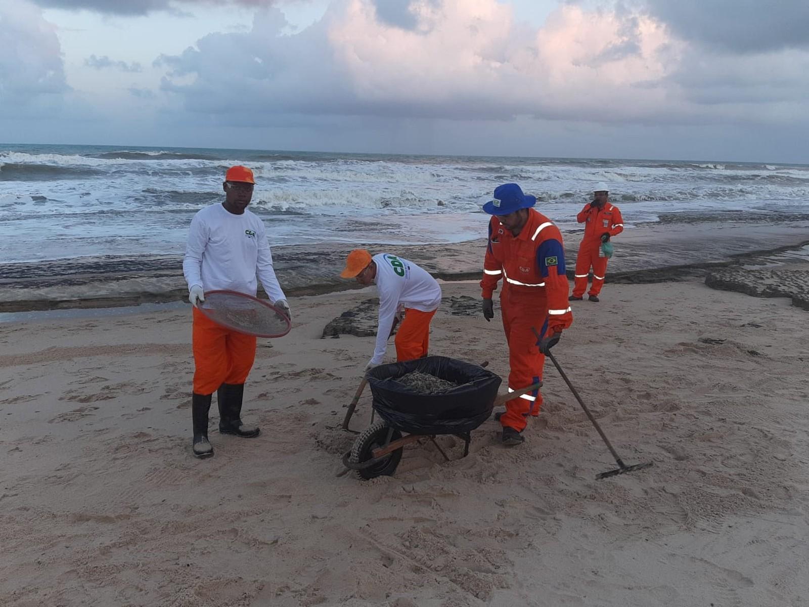 Manchas de óleo começam a chegar às praias de Camaçari 6