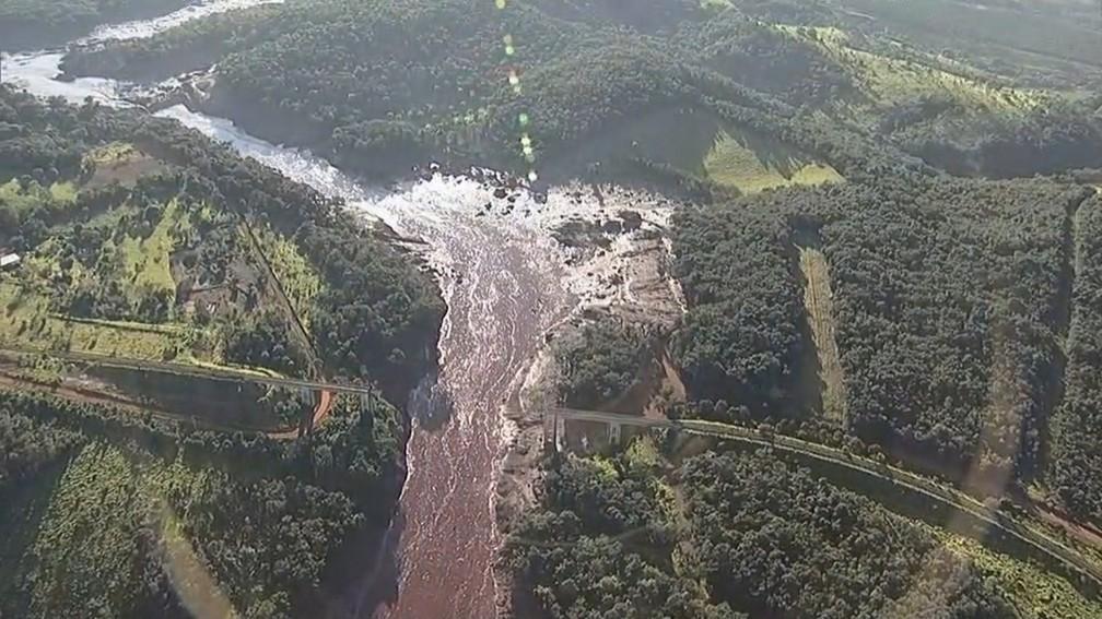 Imagem aérea mostra destruição na região após rompimento de uma barragem da mineradora Vale em Brumadinho — Foto: Reprodução/TV Globo