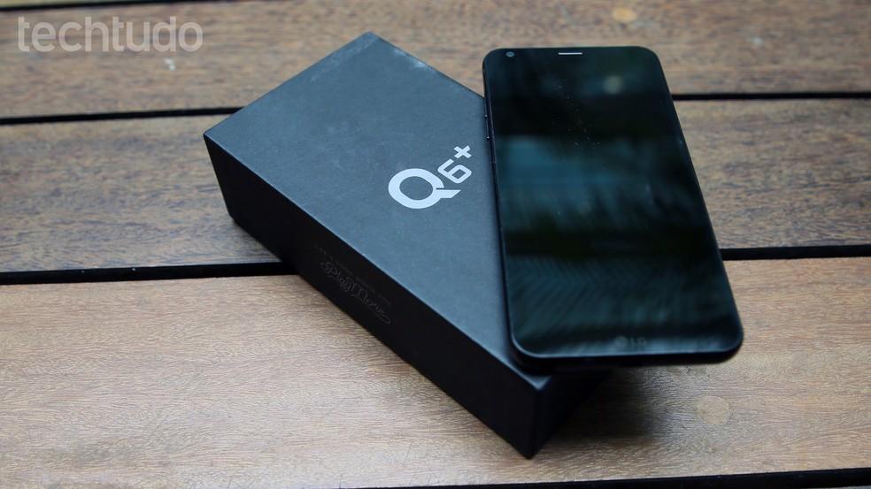 551899fcd ... LG Q6 Plus tem tela com bordas reduzidas e painel frontal sem botões —  Foto