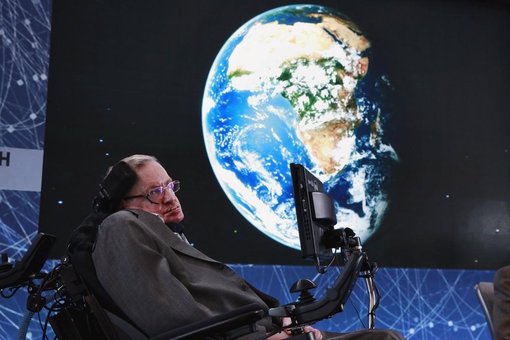 O físico Stephen Hawking sobe ao palco durante o anúncio da iniciativa Starshot Breakthrough com o investidor Yuri Milner em Nova York, nos EUA. O projeto busca encontrar planetas habitáveis fora do nosso sistema solar (Foto: Lucas Jackson/Reuters)